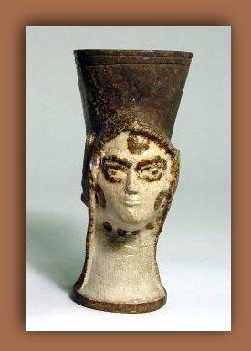 Faience vase. Isla de Cyprus. Edad del Bronce tardio. 1450 A.C al  1200 A.C. Colecciones del Museo Britanico.