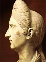 Romana con peinado alto