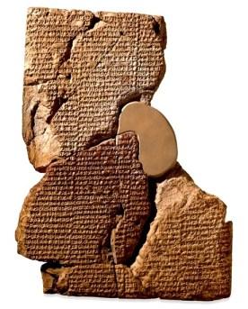 Tableta de arcilla con escritura cuneiforme de Babilonia conteniendo fragmento de la leyenda de Atrasia.