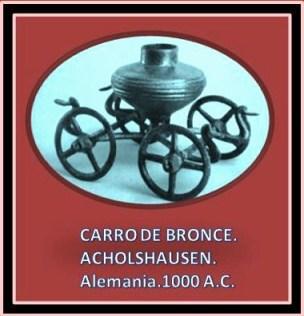 Escultura de metal celta representando carro con ruedas.